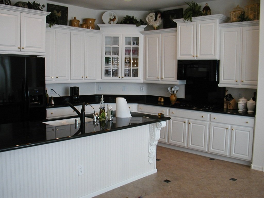 White kitchen cabinets with black appliances home for Kitchens with black appliances